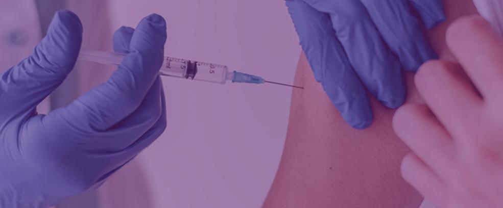 medico-com-luvas-vacinando-paciente