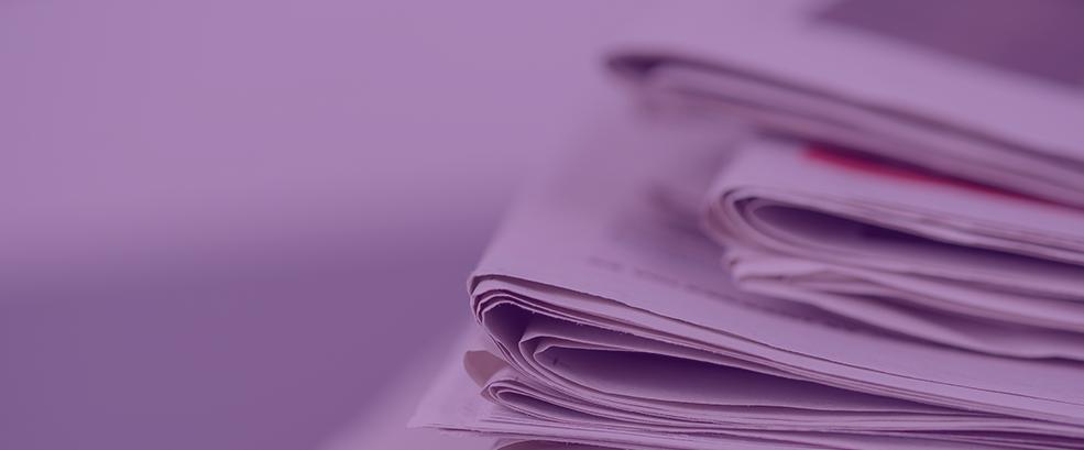 Vários jornais e revistas empilhados